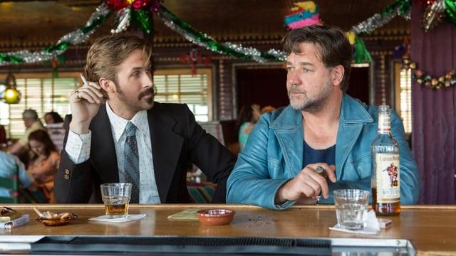 Ryan Gosling und Russell Crowe rauchend in einer Szene der Retro-Komödie «The Nice Guys».