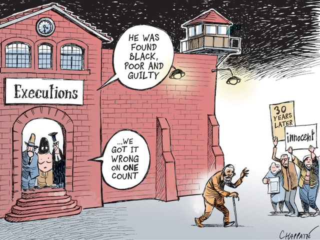Ein alter, schwarzer Mann verlässt gebeugt das Gefängnis. «Unschuldig», steht auf einem Schild. das ihn in der Freiheit empfängt.