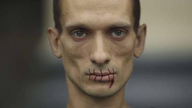 Brutale Aktion: Der Künstler Piotr Pawlenski aus St. Petersburg nähte sich mit einem Faden die Lippen zusammen.
