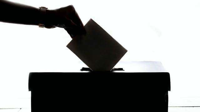 schwarz weiss Bild einer brieflichen Abstimmung