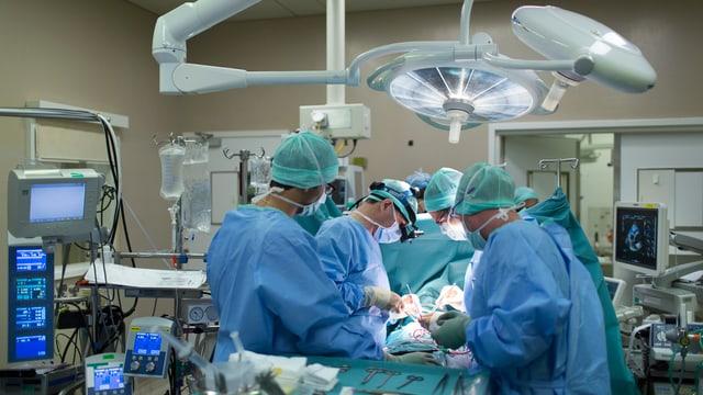 Chirurgen bei einer Operation in einem Spital in Lausanne