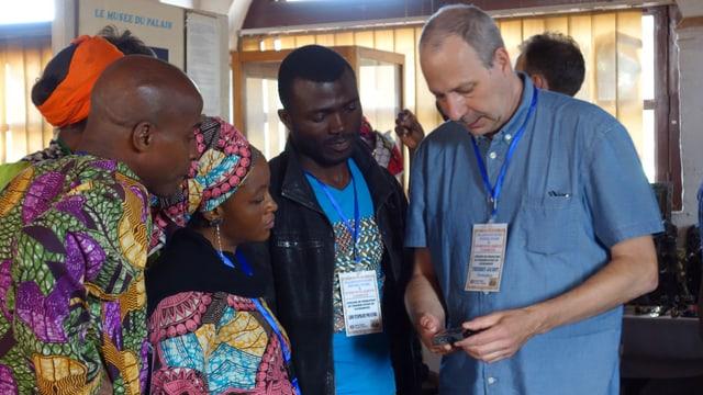 Der Konservator Thierry Jacot zeigt den Museumsmitarbeitern und Studierenden den Umgang mit den neuen Messgeräten, Fumban, Kamerun