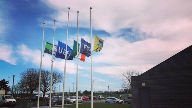 Die Fahnen im Quartier des irischen Fussballverbandes wehen auf Halbmast.