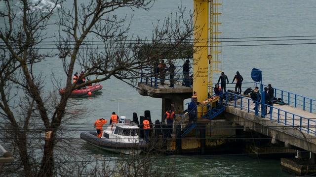 Die Rettungskräfte bergen Trümmerteile und menschliche Überreste aus dem Meer.