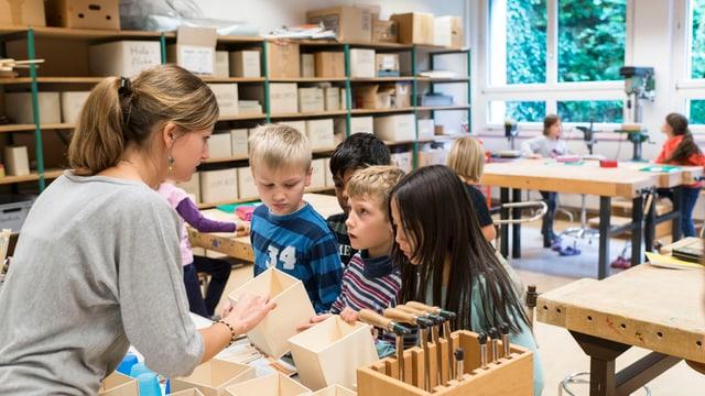 Lehrerin mit Kindern im Werkunterricht