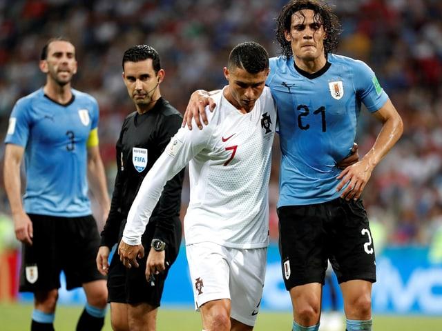 Cristiano Ronaldo stützt den angeschlagenen Edinson Cavani.