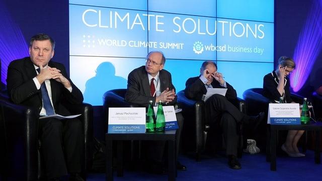 Polens Wirtschaftsminister Janusz Piechocinski und drei weitere Konferenzteilnehmer auf einem Podium.