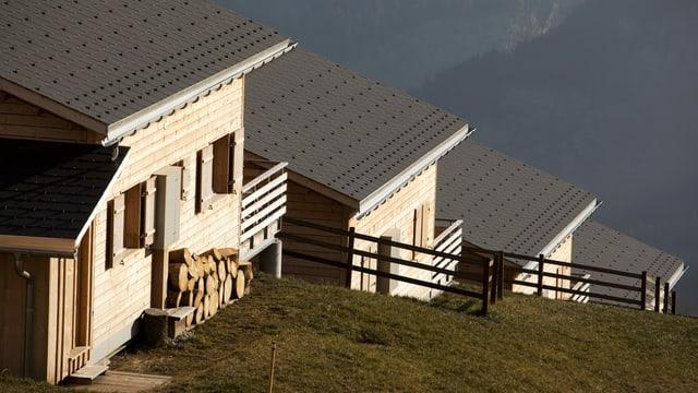Eine Reihe von Ferienhäuser sind in einen Hang gebaut.