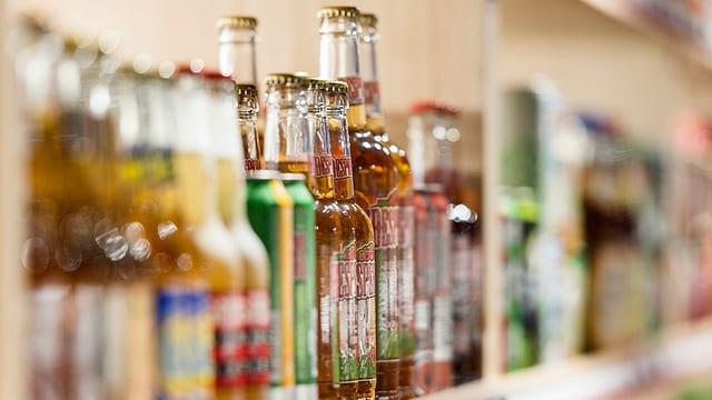 Spirituosenflaschen in einem Regal.