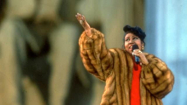 Aretha Franklin singt.