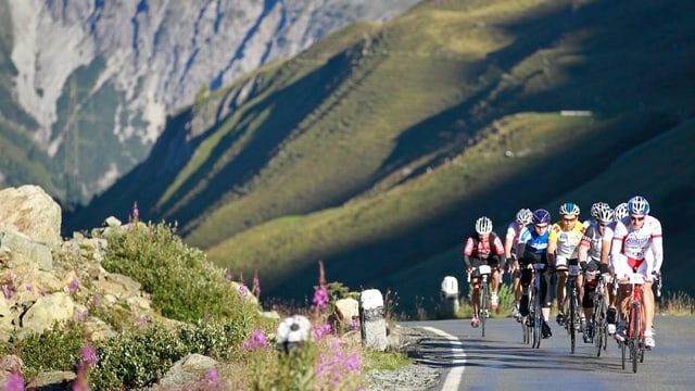 Ciclists vers il Pass da l'Alvra.