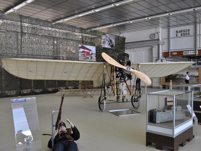 Ein altes Flugzeug im Museum.