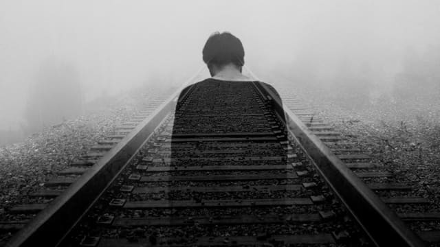 Mann auf Gleisen