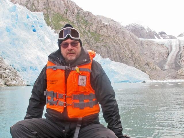 Ulrich Achermann vor Gletscher.