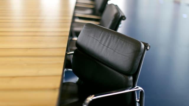 Ein Sitzungszimmer mit schwarzen Ledersesseln.