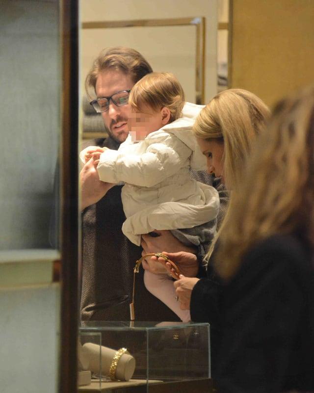 Tomaso Trussardi, Töchterchen Sole und Michelle Hunziker beim Juwelier