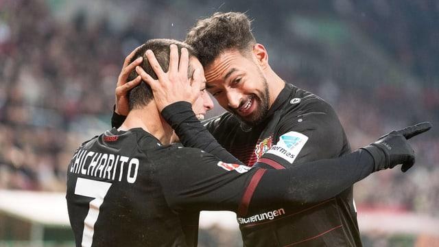 Karim Bellarabi und Javier «Chicharito» Hernandez bejubeln einen Treffer.