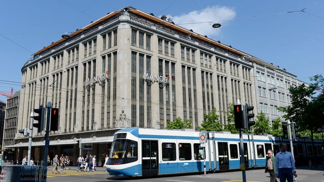 Das Manor-Warenhaus an der Bahnhofstrasse, ein grosses, graues, viereckiges Gebäude.