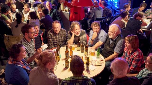 Menschen sitzen an einem runden Tisch