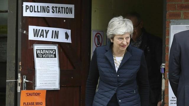 Premierministerin Theresa May vor dem Eingang eines Wahllokals.