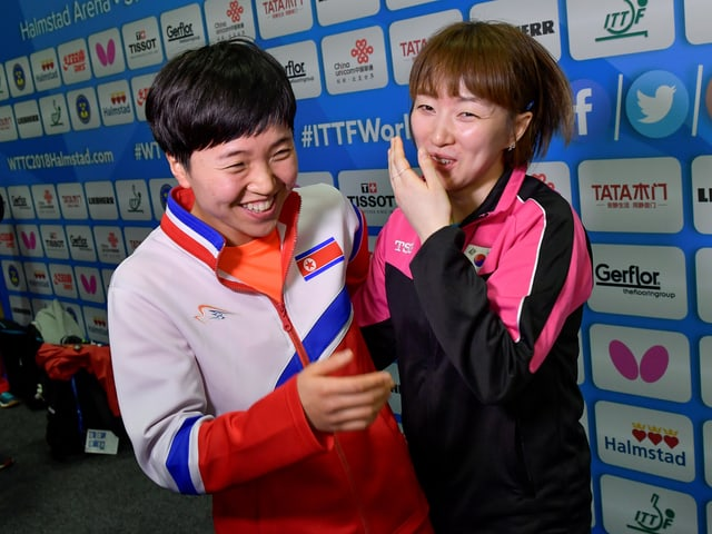 Südkoreas Suh Hyo-Won (r.) und Kim Song I aus Nordkorea.
