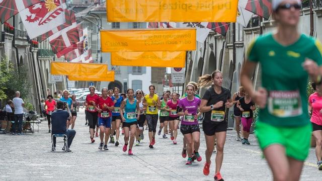 Frauen am Marathon durch die Stadt Bern.
