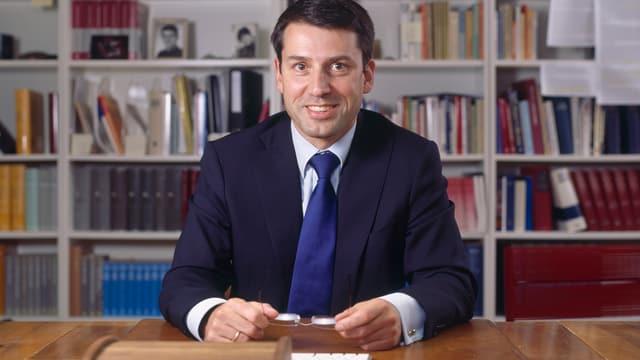 Gottfried Locher sitzt an einem Schreibtisch.
