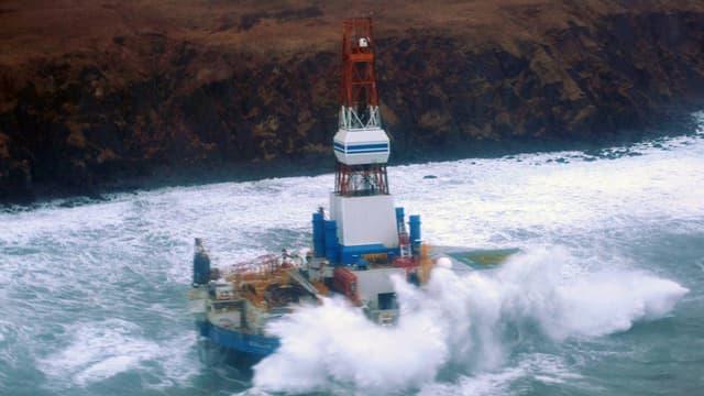 Die Shell-Ölbohrinsel «Kulluk» liegt nahe der Küste der Kodiak-Inseln auf Grund. (keystone)