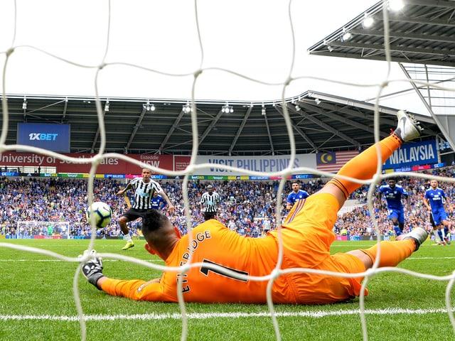 Etheridge pariert den Last-Minute-Penalty von Newcastles Kenedy.