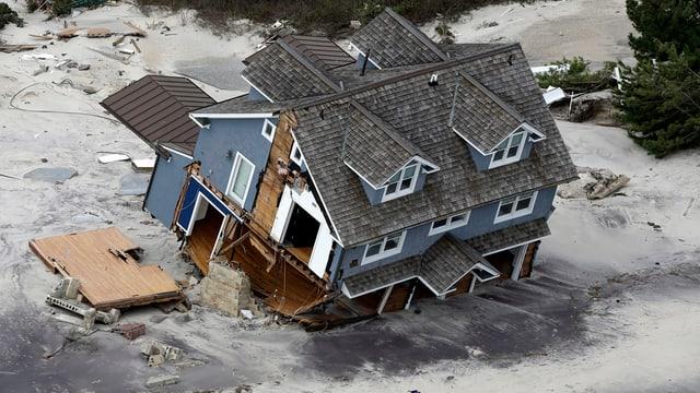 Ein an der Küste angeschwemmtes Haus.