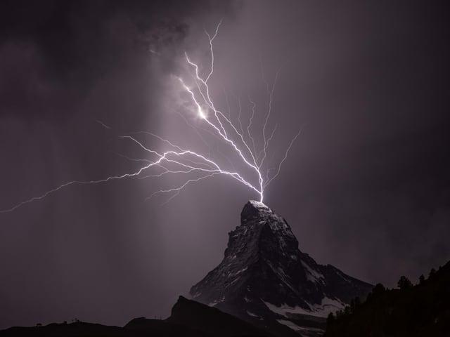 Blitz schlägt ins Matterhorn ein