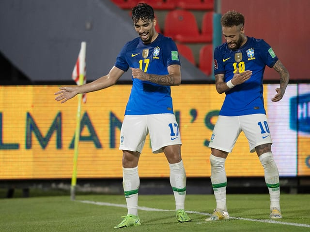 Neymar und Lucas Paqueta führen auf dem Rasen ein Tänzchen auf.