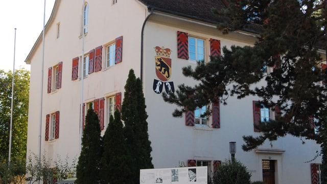 Historisches Haus mit Berner Wappen an der Fassade