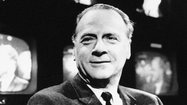 Marshall McLuhan vor mehreren TV-Bildschirmen.