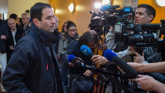 Umringt von Journalisten: Überraschungssieger Benoît Hamon.