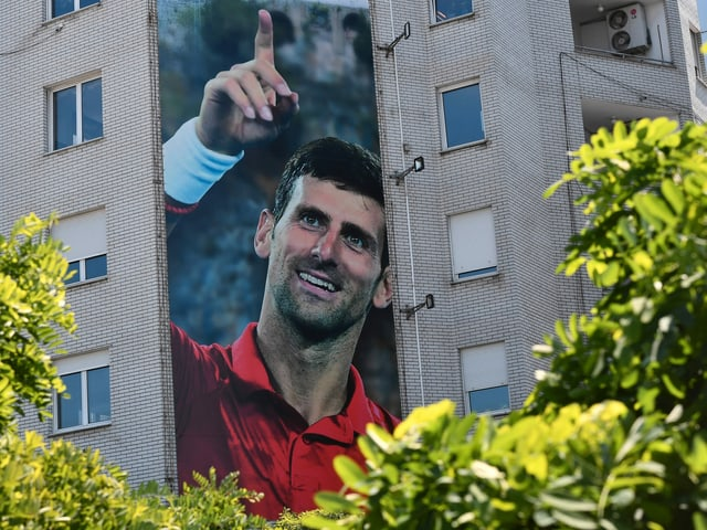 Novak Djokovic als Porträt an einer Hauswand.