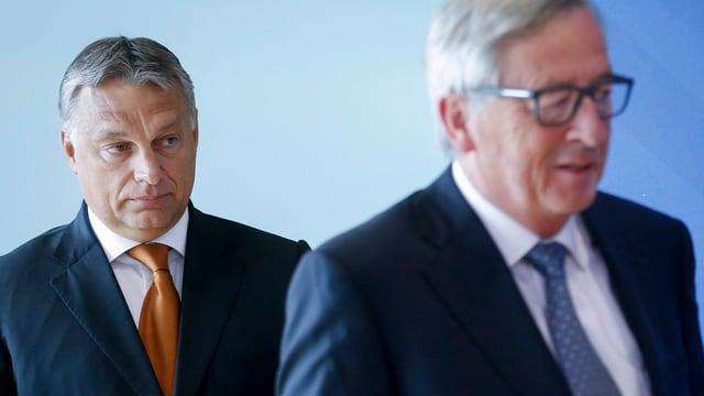 Viktor Orban hinter EU-Kommissionspräsident Juncker.