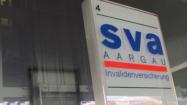 Logo der SVA am Bahnhof Aarau