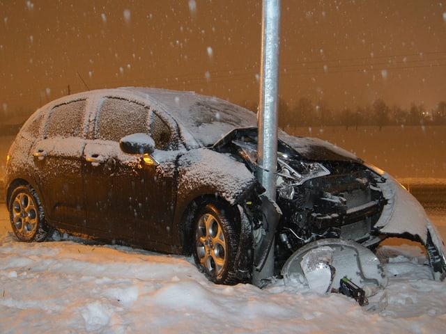 Auto in einem Pfosten – Totalschaden.