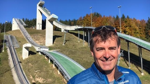 Berni Schödler, Disziplinenchef des Schweizer Skisprungs, vor der Einsiedler Schanze.