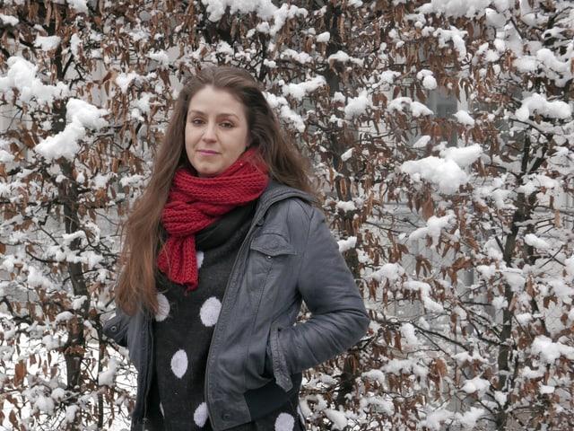 Vereinspräsidentin der Online-Zeitschrift «Das Lamm» vor verschneiter Hecke