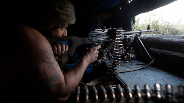 Ein ukrainischer Soldat mit einem Maschinengewehr an der Front.