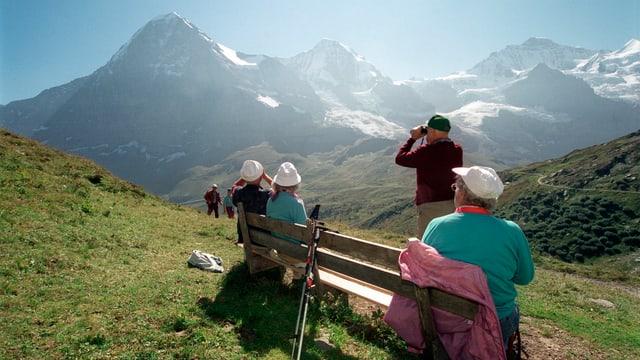 Seniorenwanderer in idyllischer Berglandschaft.