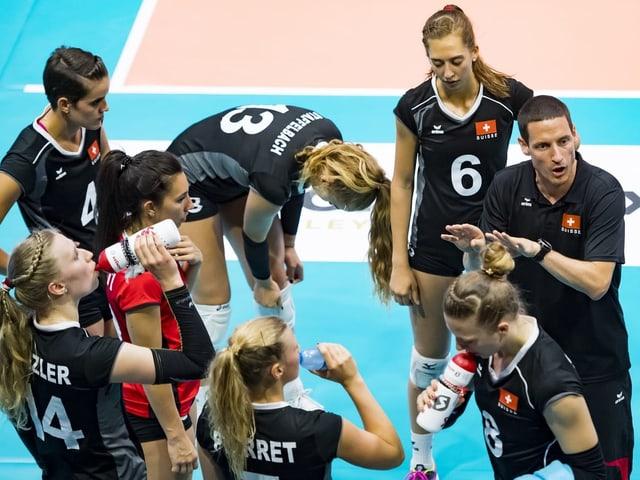 Trainer Timo Lippuner gibt seinen Spielerinnen Anweisungen.