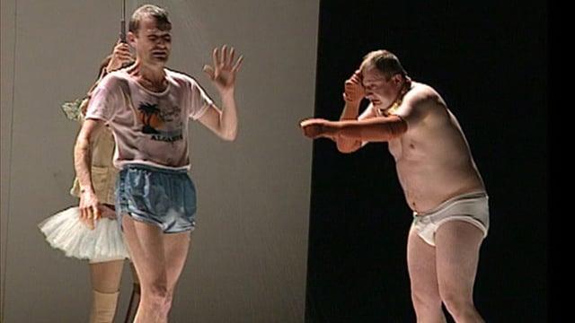 Leichtbekleidete Menschen stehen auf der Theaterbühne.