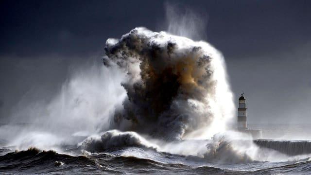 turmhohe Welle im Meer