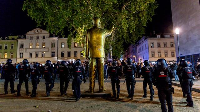 Erdogan-Statue und Dutzende Polizisten