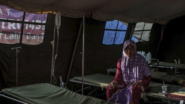 Frau in einem Zelt-Spital in Indonesien.