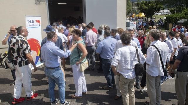 FDP-Delegierte in Melide vor der Delegiertenversammlung