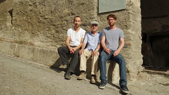 Da sanester: Corsin Vogel, artist; Christian Joos, president Cuminanza culturala Val Schons; Julian Reich, Cultura Viamala.